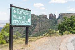 在路的定向标志向荒芜谷观点  免版税库存图片
