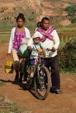 在路的家庭通过领域 免版税图库摄影