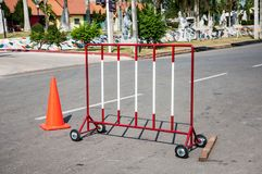 在路的封锁路标红色和白色障碍用桔子 库存照片