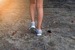 在路的少妇跑步的特写镜头 免版税库存照片