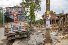 在路的尼泊尔卡车在位于博克拉的街道 免版税库存照片