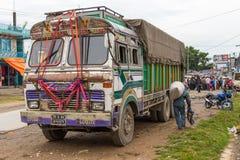 在路的尼泊尔卡车在位于博克拉的街道 图库摄影