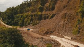 在路的山崩在山 Camiguin海岛菲律宾 图库摄影