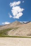 在路的山景向Pangong湖在拉达克,印度 免版税图库摄影