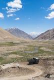 在路的山景向Pangong湖在拉达克,印度 免版税库存照片