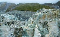 在路的岩石向Fox冰川 免版税库存图片