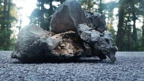 在路的岩石 库存照片