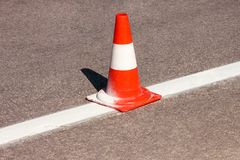在路的工作 建筑锥体 交易锥体,与在沥青的白色和橙色条纹 街道和交通标志发信号的 图库摄影