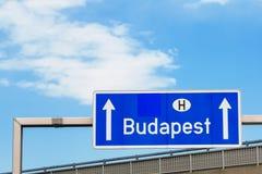在路的布达佩斯匈牙利标志 库存图片