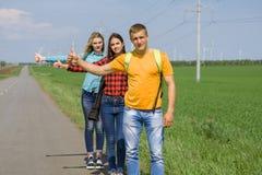 在路的年轻行家朋友旅行 库存照片