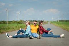 在路的年轻行家朋友旅行 免版税图库摄影