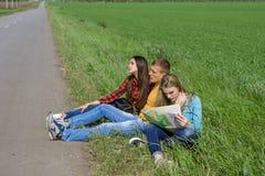 在路的年轻行家朋友旅行 免版税库存照片