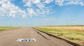 在路的得克萨斯美国标志 别的66标志难以置信的品种  免版税库存照片