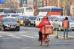在路的必胜客交付,北京,中国 库存照片