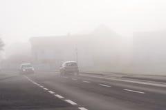 在路的恶劣的可见性在雾 免版税库存照片