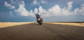 在路的摩托车有天空和赶走的爱消息 图库摄影