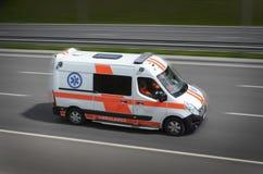 在路的救护车 图库摄影