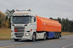 在路的新的斯科讷R400燃料罐车 免版税库存照片