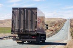 在路的无盖货车,背面图 库存照片
