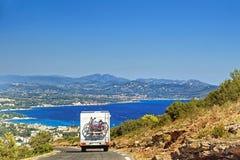 在路的有蓬卡车在地中海岸 库存照片