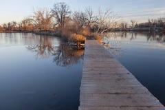 在路的木板走道湖 库存照片