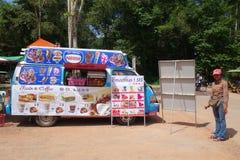 在路的柬埔寨食物摊位 图库摄影