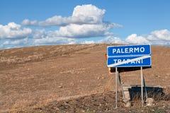在路的标志在巴勒莫和特拉帕尼,西西里岛之间 免版税库存图片