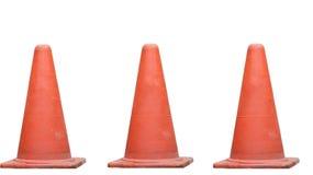 在路的橡胶锥体是标志小心 在白色bac 库存图片