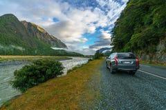 在路的汽车向Milford Sound,南方,新西兰 免版税库存照片