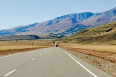 在路的汽车在俄罗斯和蒙古的边界的附近阿尔泰山 免版税库存图片