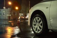 在路的汽车在多雨天气 库存照片