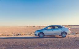 在路的汽车在大草原 图库摄影