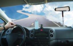 在路的汽车在天空 库存图片