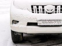 在路的汽车在雪冬日 免版税库存照片
