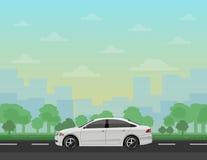 在路的汽车有森林和都市风景背景的 库存照片