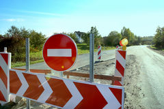 在路的没有词条交通标志 免版税库存图片