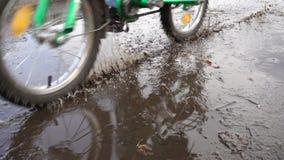 在路的泥飞溅有骑马自行车的,慢动作 影视素材