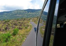 在路的火山岩片段向Gunung Batur,巴厘岛, 2007年 免版税库存图片