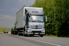 在路的灰色奔驰车Antos卡车 库存图片