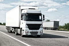 在路的白色卡车 货物运输 免版税库存图片