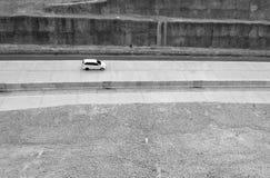 在路的白色汽车 库存照片