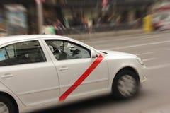 在路的白色汽车 免版税库存照片