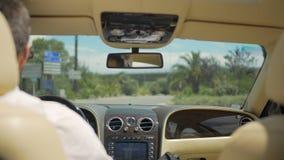 在路的看法从豪华车,在轮子后的企业司机后座  股票视频