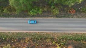 在路的空中飞行在领域之间 秋天颜色 天线绿色乡下和通过驾车 ?? 影视素材