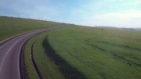 在路的空中飞行通过小山,在低空的飞行 影视素材
