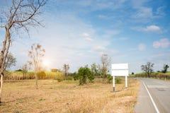在路的空白的广告牌或路标 免版税图库摄影