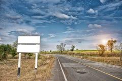 在路的空白的广告牌或路标 免版税库存照片