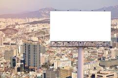 在路的空白的广告牌有城市视图背景 免版税库存图片