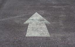 在路的箭头标志 免版税库存图片