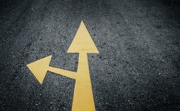 在路的箭头,黄色 免版税库存照片
